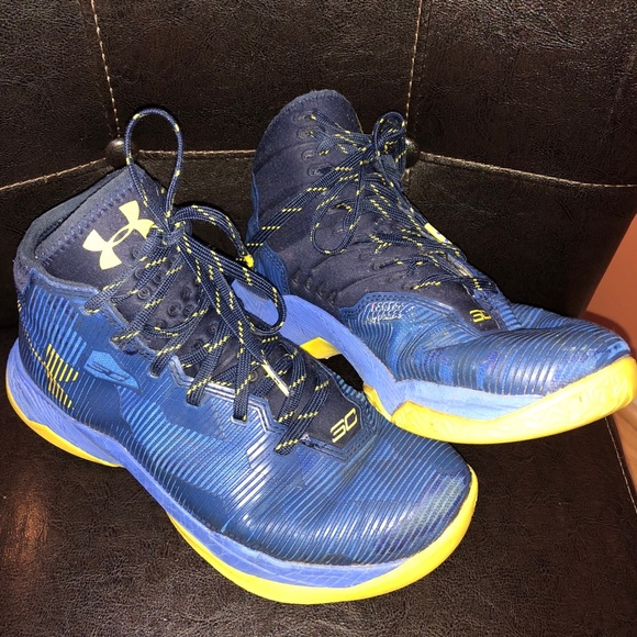newest 6df59 ad5be BOYS UNDER ARMOUR STEPH CURRY 2.5 SNEAKERS SIZE 6Y